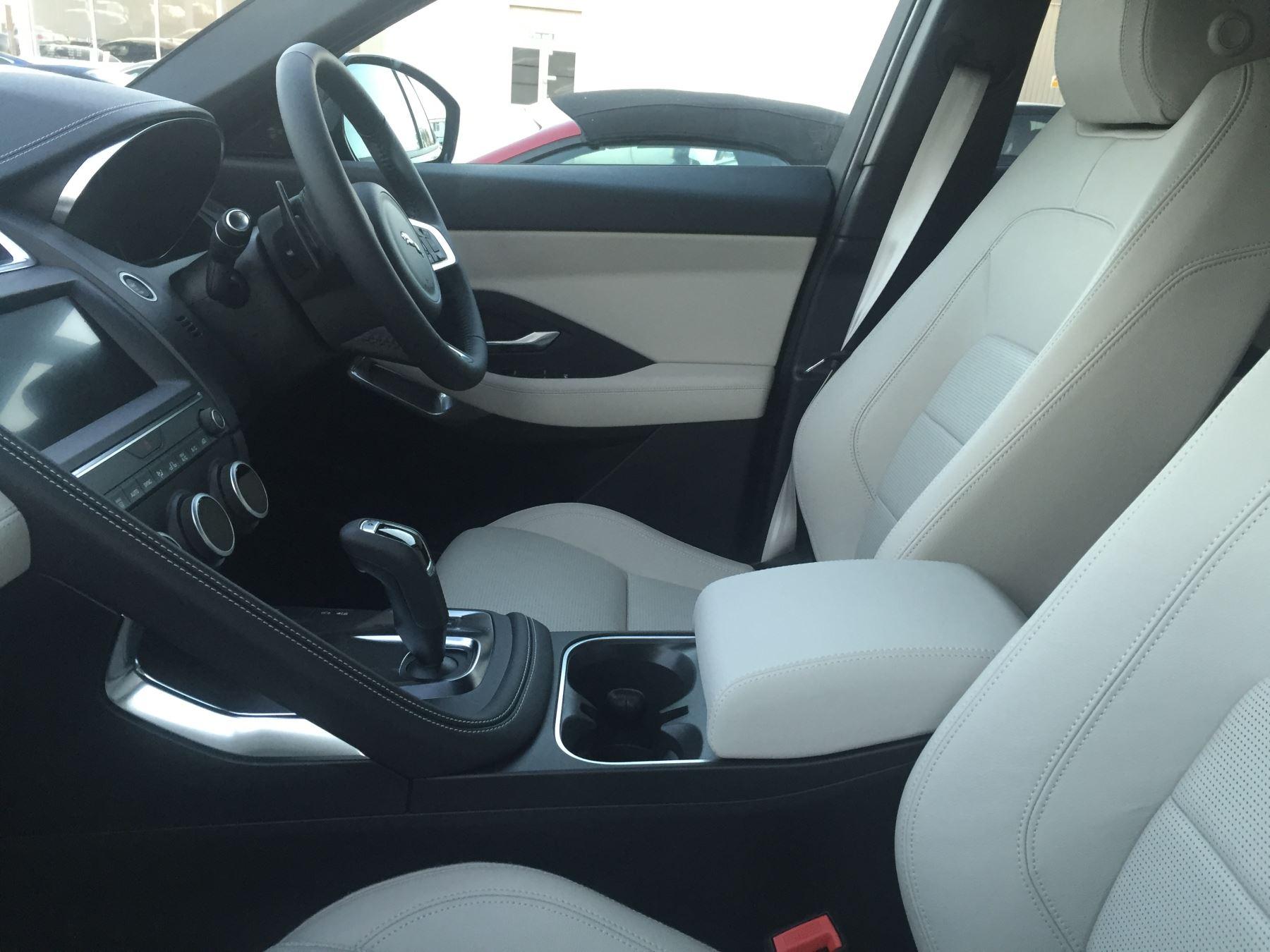 Jaguar E-PACE 2.0 R-Dynamic S image 10